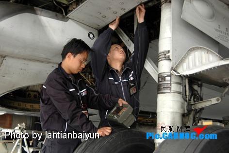 图:检测工程师正在对飞机起落架进行无损检测
