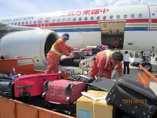 东航江苏货运部积极提升飞机腹舱行李装卸品质