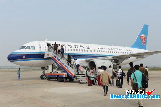 节后旅客登上飞往广州的飞机返程