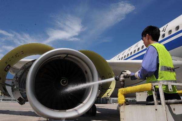 "ameco员工为国航飞机发动机""洗澡"""