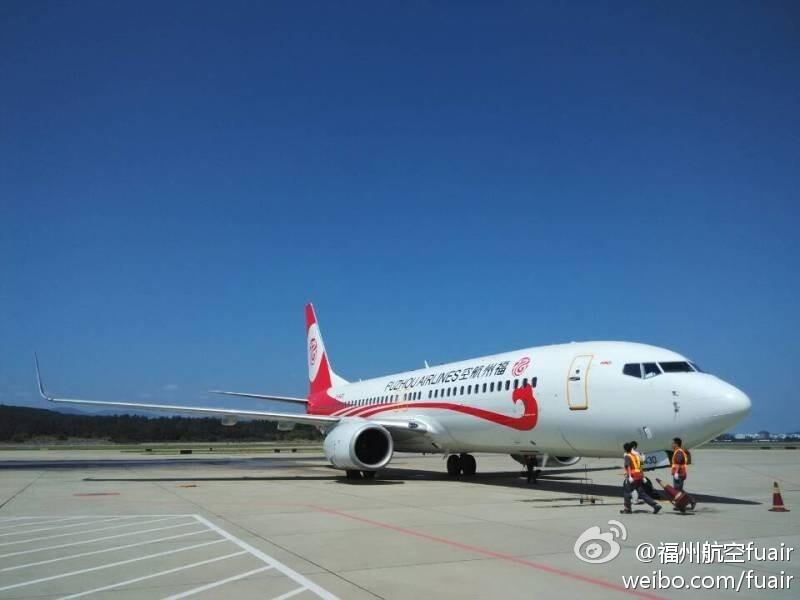 福州航空首架波音737-800飞机降落长乐机场