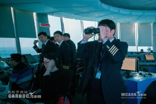 就数坐在塔台里指挥飞机