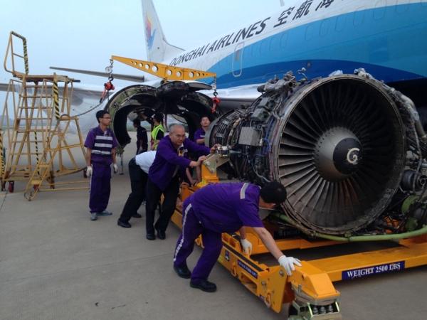 图:东海航空机务卸下b-2518飞机发动机