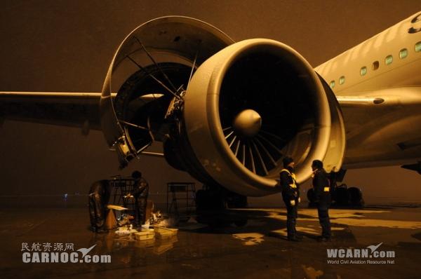 民航资源网2015年6月20日消息:发动机作为飞机的心脏,是整架飞机的动力中枢。一个小零件没拧紧,都可能给心脏造成不可预想的损伤。而发动机一旦突发故障,也会引发重大安全隐患。如何确保飞机心脏强壮有力?让我们一起来深入南航新疆分公司,探寻一下飞机维修工程师是如何为飞机养护心脏的。 钢铁心脏也需勤保养   位于乌鲁木齐国际机场的南航新疆飞机维修基地厂房内,技术人员正忙碌着为体型硕大、构造繁复的飞机进行检测和维修。其中,就有身价数百万美元的飞机心脏发动机。   很多人都很好奇,飞机