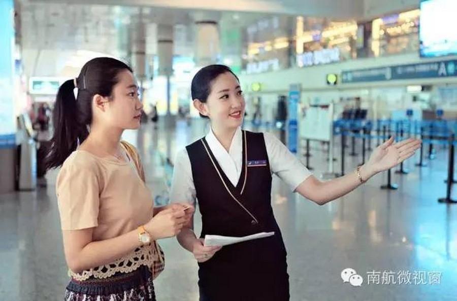 仔细告知老人各种注意事项;对待首次坐飞机的旅客,赵小兔会格外耐心