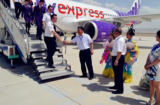 敦煌机场首开香港航班