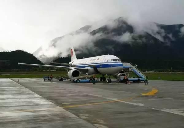 7月16日上午,一架国航空客a319飞机搭载76名乘客降落在林芝米林高原