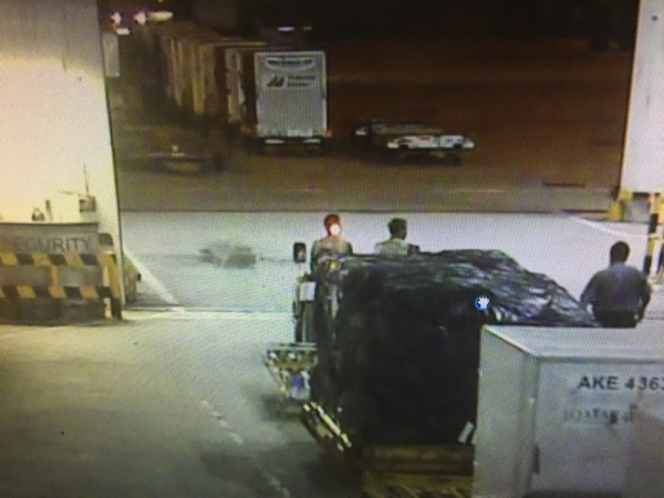 图:运货卡车似乎在未被守卫检查的情况下驶过安检 ...
