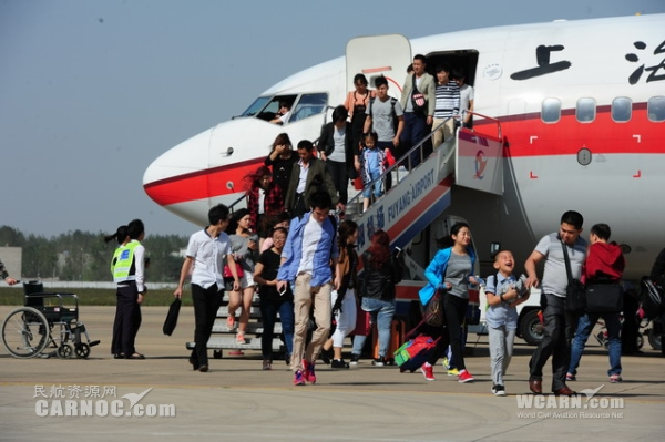 民航资源网2015年10月8日消息:淅沥的小雨为出行的人们接风洗尘,同样也送走了愉快的七天国庆假日。10月7日,是国庆假日的最后一天,随着当天最后一个架次阜阳至北京KN5912航班飞向夜空,阜阳机场圆满完成了国庆假期航班保障任务,国庆七天假期共保障航班90架次,运送旅客9903人次,同比分别增长18.